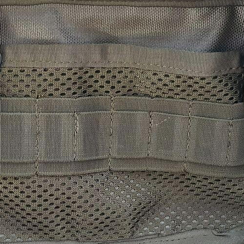 Płaska kieszeń z siatki z organizerem z gumy po stronie komory głównej +15pln