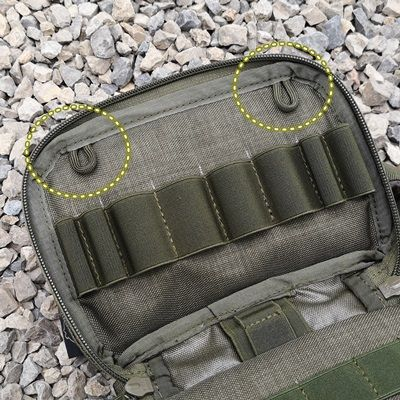 2 pętelki z paracordu po bokach na górze od strony kieszonki z klapką